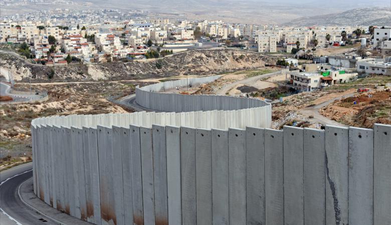 لمصادرتها ...منع الفلسطينيين من الدخول الى أراضيهم خلف الجدار