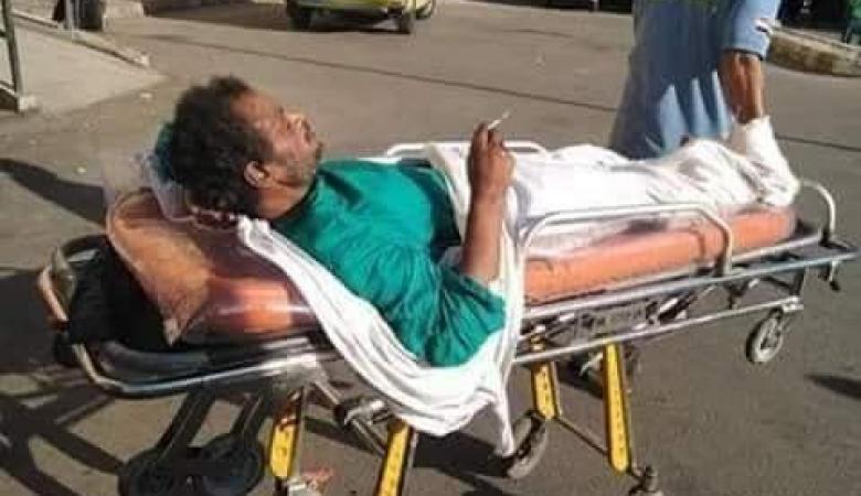 """مريض يدخن """"سيجارة"""" أثناء حمله على نقالة المستشفى والاخير يعلق"""