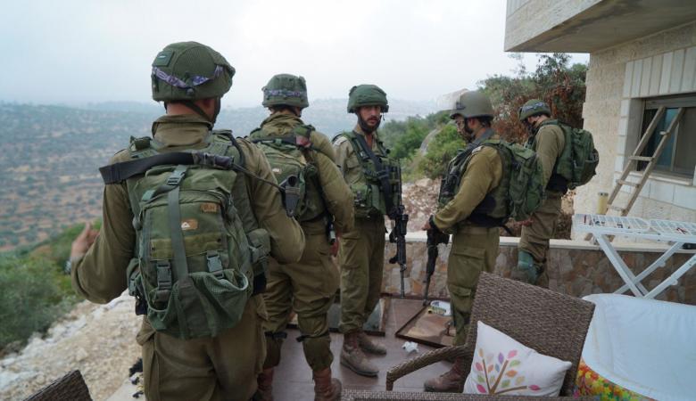 الاحتلال يعتقل 10 مواطنين بينهم أقرباء منفذ عملية حلميش