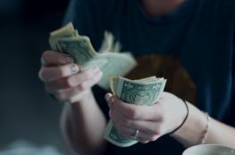 الدولار يهبط عند ادنى سعر له مقابل الشيقل