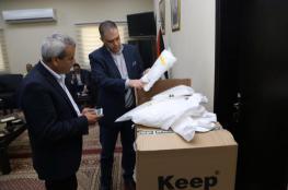"""""""تجارة قلقيلية"""" تتبرع بـ 500 لباس واق لمواجهة فيروس """"كورونا"""""""
