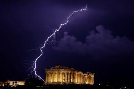 عاصفة تضرب اليونان وسيول تغرق الشوارع وتعطل حركة المرور