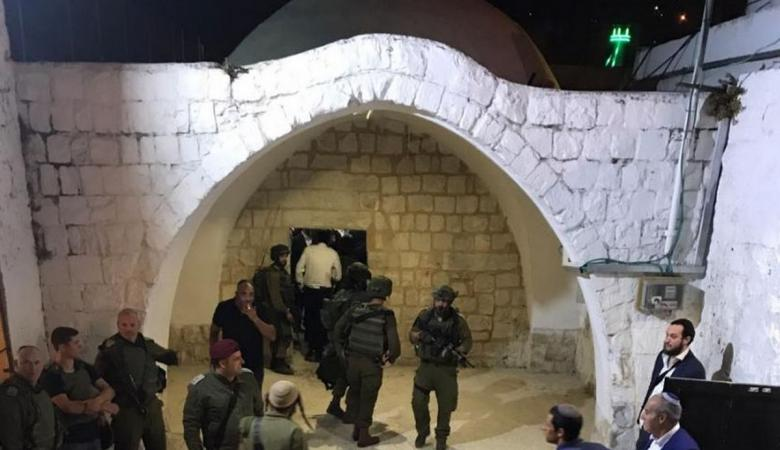المستوطنون يقتحمون قبر يوسف في نابلس واندلاع مواجهات