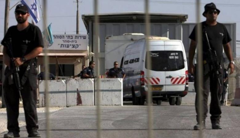 إدارة سجن عسقلان تخضع لمطالب الأسرى