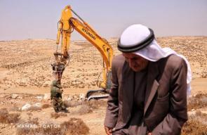 جرافات الاحتلال تجرف اراضي المواطنين جنوب الخليل