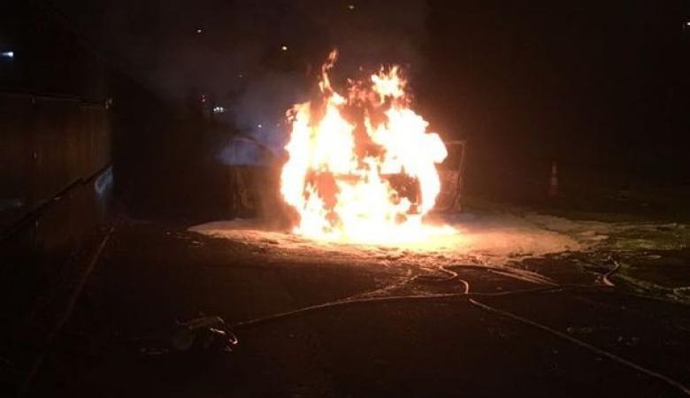 المواطنون في نابلس يصيبون تاجر مخدرات بجراح ويحرقون مركبته