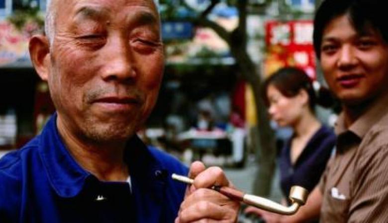 الصين تعاقب أحد كبار موظفيها لعدم تدخينه خلال اجتماع مع مسلمين.. وبهذا بررت السلطات قرارها!