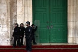 شرطة الاحتلال تسرق خزانة احذية من داخل مصلى باب الرحمة في الأقصى