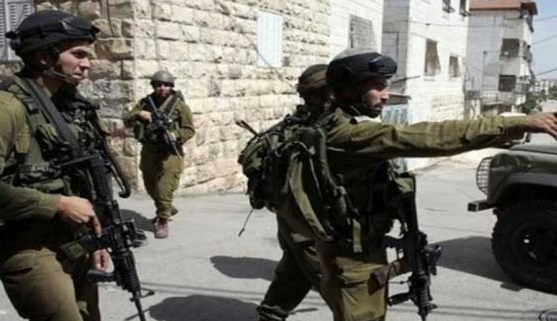 قوات الاحتلال تقتحم الخليل وحلحول وتفتش عدة منازل