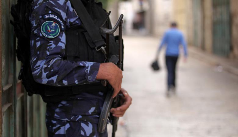 سابقة ..الشرطة الفلسطينية تقبض على مطلوب للانتربول الدولي في الضفة الغربية