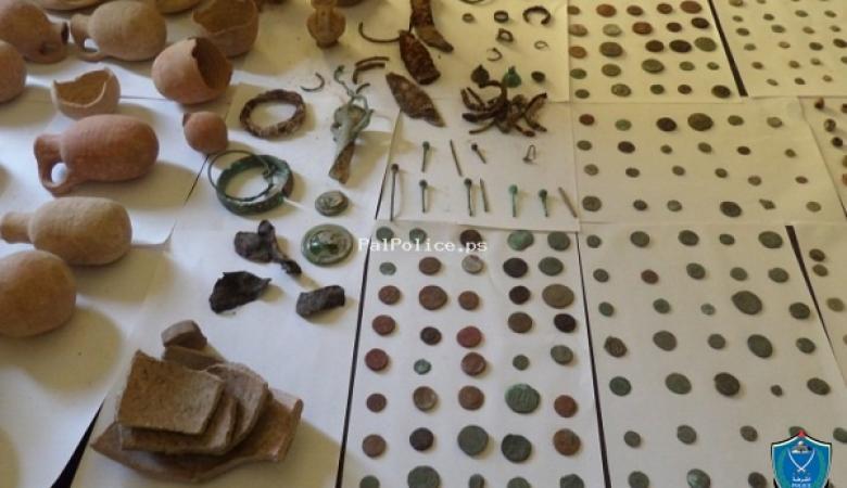 الشرطة تضبط 350 قطعة أثرية داخل منزل في الخليل