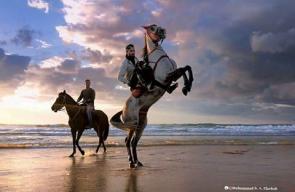 شبان يمارسون رياضة الخيل على شواطئ بحر غزة