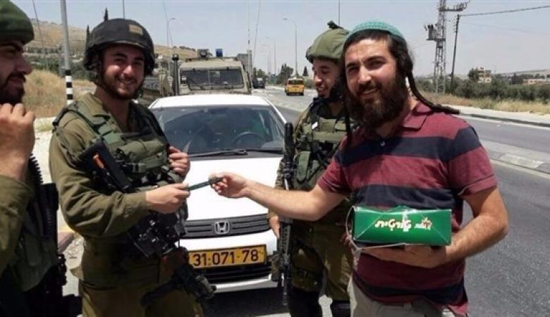 """دعوات فلسطينية لمقاضاة المستوطن قاتل الشهيد """"بني شمسة """" وموزع الحلوى"""