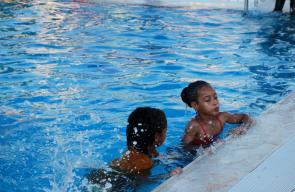 أطفال يهربون من موجة الحر للسباحة في مدينة أريحا