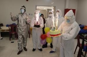 الطاقم الطبي في مستشفى عزل دورا يحتفلون بميلاد احد الطواقم الطبية التي تكافح فيروس كورونا