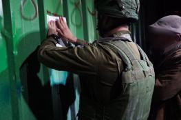 الاحتلال يغلق ورشة حدادة ويحطم أثاث منزل في الخليل