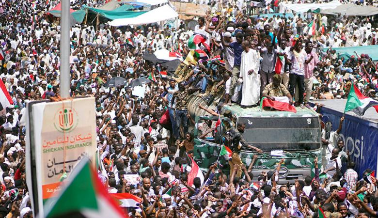 توافد آلاف السودانيين نحو القيادة العامة للجيش