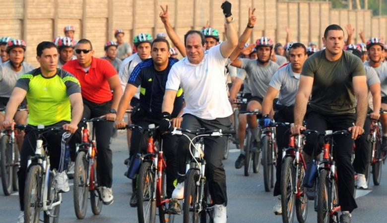 السيسي يدعو المصريين للرياضة لإنقاص أوزانهم