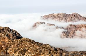 الغيوم تُعانق جبال البترا الاردنية