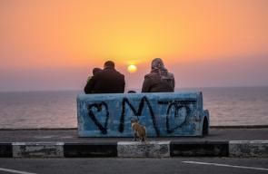 مواطنون يتناولون طعام إفطارهم على شاطئ بحر غزة