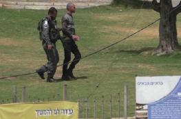 الخليل : الاحتلال يعتقل مواطنا بدعوى حيازته سكينا