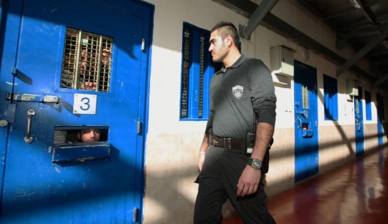 الاحتلال يحتجز الأسير المريض بدوان أبو ميالة بظروف صعبة