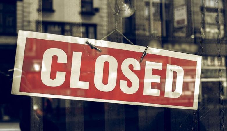 بامر من النيابة ..الشرطة تغلق مكتب سياحة في رام الله
