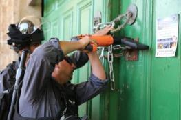 """الاحتلال يغلق المصلى القبلي في """"الأقصى"""" بسلاسل حديدية"""