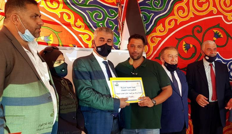 الحكم المحلي تسلم أول مجموعة رخص بناء في الأغوار الشمالية