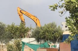 جرافات الاحتلال تهدم منزلاً ومحلاً تجارياً صباح اليوم