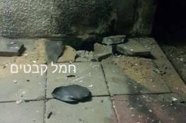 4 حالات هلع وأضرار مادية بمنزل إثر سقوط صاروخ على سواحل عسقلان