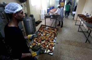 متطوعون يعدون وجبات افطار رمضانية في تكية نابلس