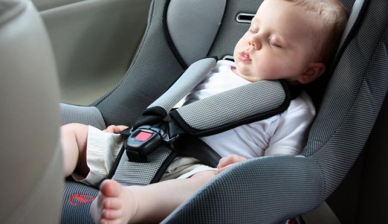 مصرع طفل تركه أهله في السيارة لساعات طويلة بالنقب
