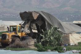 جرافات الاحتلال تهدم محطة وقود ومنشآت زراعية في حزما بالقدس