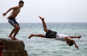 مواطنون يهربون من الحر الى بحر مدينة غزة