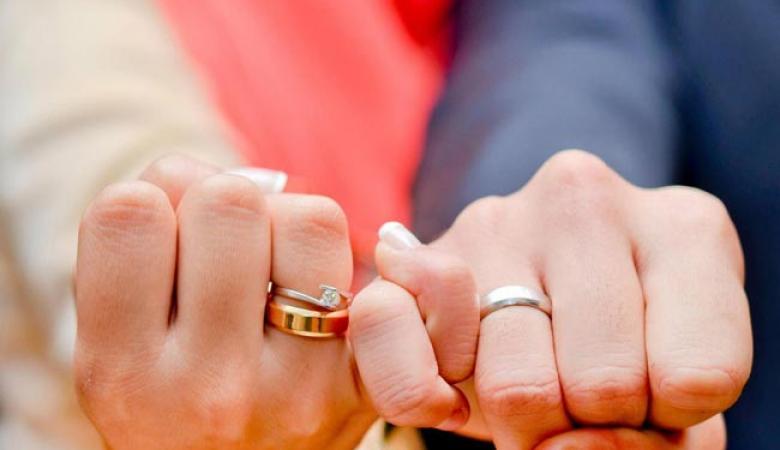 بالصور ...رجل من غزة يزوج ابنته بدينار واحد فقط....وهذه اسبابه