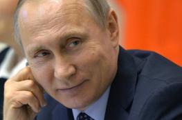 """فيديو: بوتين يثير الضحك بروايته """"نكتة"""" عن جندي إسرائيلي"""