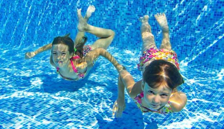 دراسة جديدة تؤكد ..الرائحة المنتشرة في حمامات السباحة مصدرها البول وليس الكلور