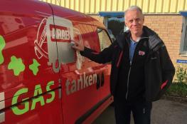 """شركة سويدية لجمع القمامة تضع كلمة """"العربي """" شعاراً لها !"""