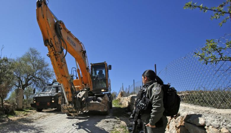 الاحتلال يشق طريقا استيطانية ويجرف أراضي في كفر اللبد
