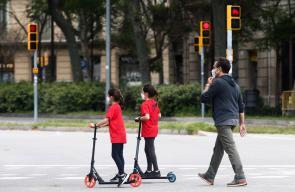 اطفال اسبانيا يخرجون الى الحدائق والمناطق العامة لأول مرة منذ 44 يوماً