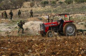 المسن الفلسطيني صبري دويكات يواصل زراعة ارضه بالرغم من تهديدات قوات الاحتلال في نابلس