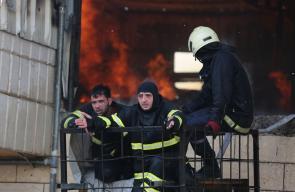الدفاع المدني يخمد حريقا هائلا في أحد المصانع بالخليل
