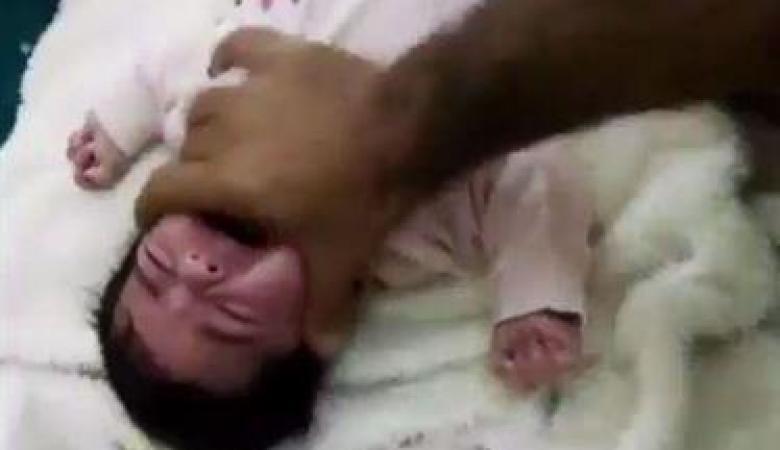 بالفيديو والصور: القبض على أب عذب رضيعته انتقاما من والدتها بالسعودية