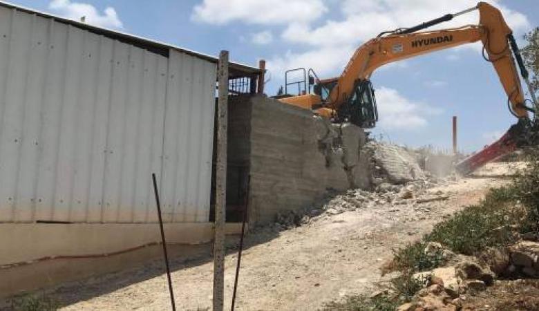 الاحتلال يهدم منشآت وأسوار منازل جنوب طولكرم