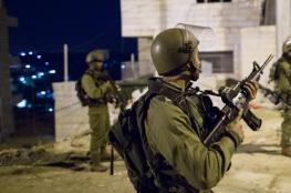 الاحتلال يعتقل 4 شبان من نابلس فجر اليوم