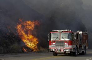 43D8948300000578-4847606-A_fire_truck_passes_by_burning_brush_along_La_Tuna_Canyon_Road_c-a-52_1504398513541