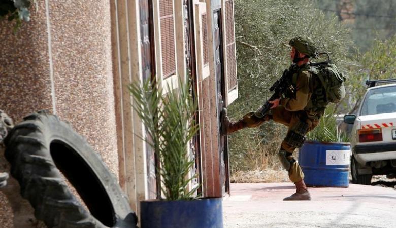 الاحتلال يعتقل (15) مواطنا من أنحاء متفرقة في الضفة
