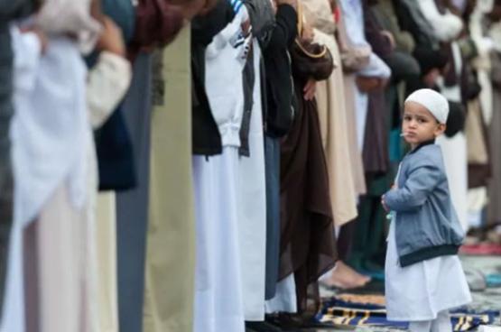 التجمع الأضخم بأوروبا.. 100 ألف مسلم يصلون العيد في برمنغهام (شاهد)