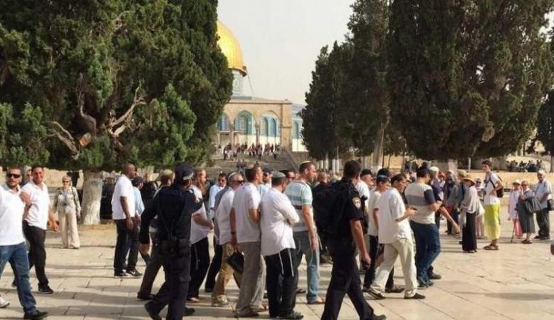 توتر في الأقصى ...المستوطنون يقتحمون المسجد بالعشرات